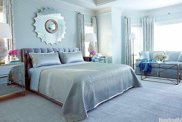 14. Yatak başlığı ve güçlü duvar detayı ile klasik tarzda gri-mavi yatak odası