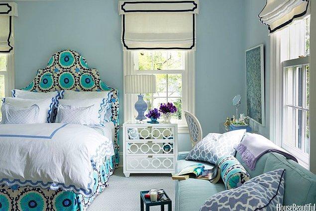 18. Mavinin tonları ve mor, lavanta detayları ile hem sofistike hem de komforlu bir yatak odası