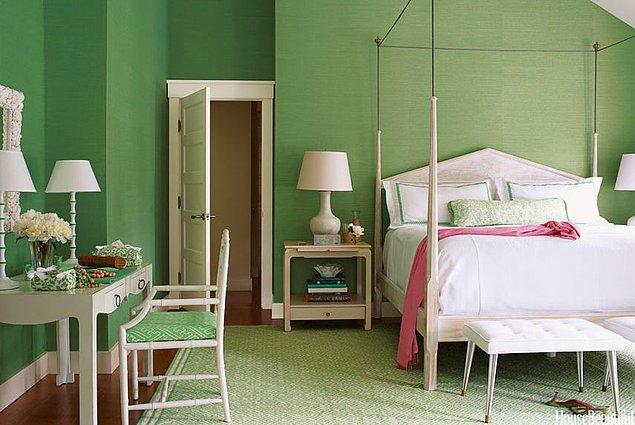 25. Tek renkte huzuru bulanlar için çim yeşili yatak odası