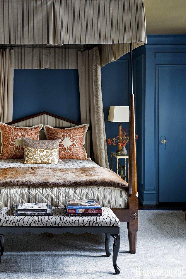 26. Antika bir yatağın harika uyum içinde duracağı denizci mavisi yatak odası