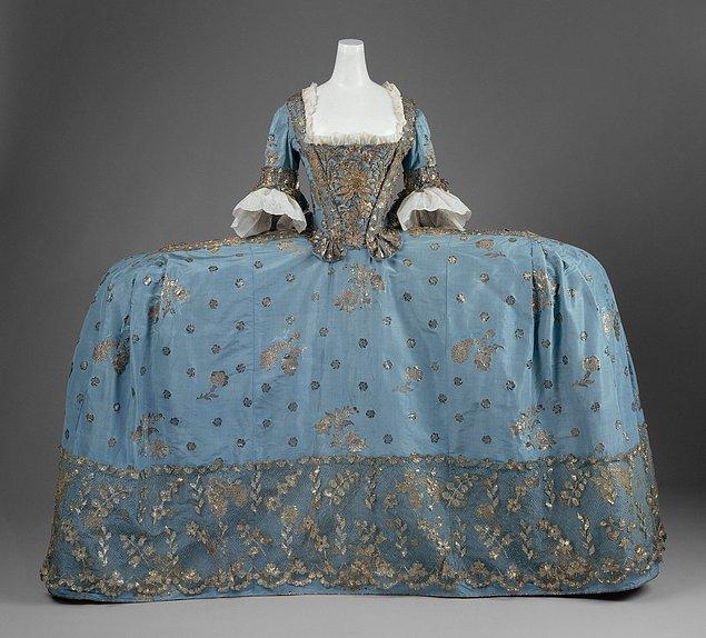 6. Saray nedimelerinin elbiseleri öyle büyük ve öyle ağırdı ki, düşmeden yürüyebilmek için öncesinde pratik yapmak zorundaydılar.