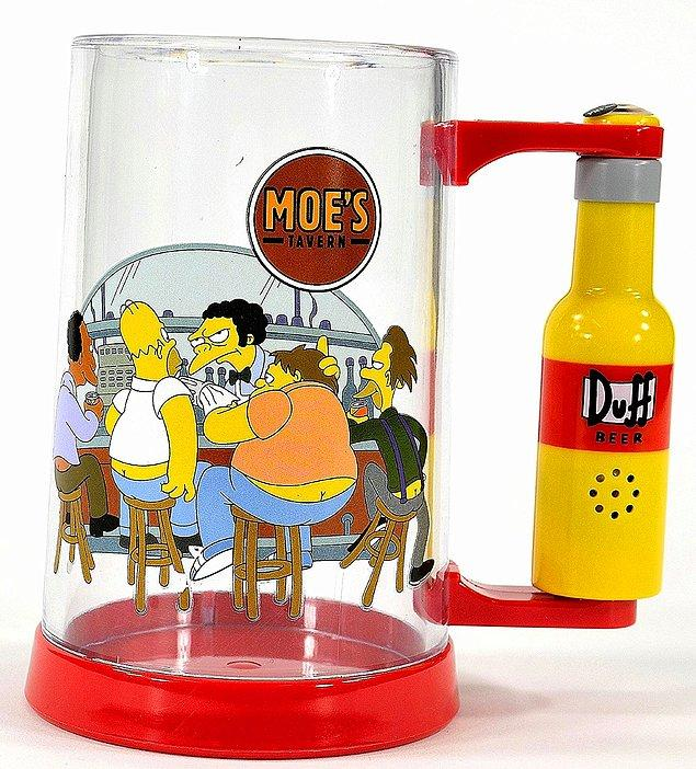 6. Moe'nun barına hiçbir zaman gidemeyeceksin. Ama Homer'ın bira göbeğini bu bira bardağıyla elde edebilirsin!