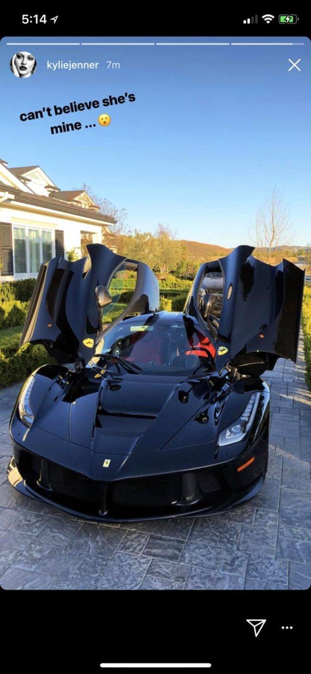 """Bu siyah Ferrari LaFerrari artık Kylie'nin garajında duracak. Kendisi de şöyle paylaşmış """"Benim olduğuna inanamıyorum."""""""