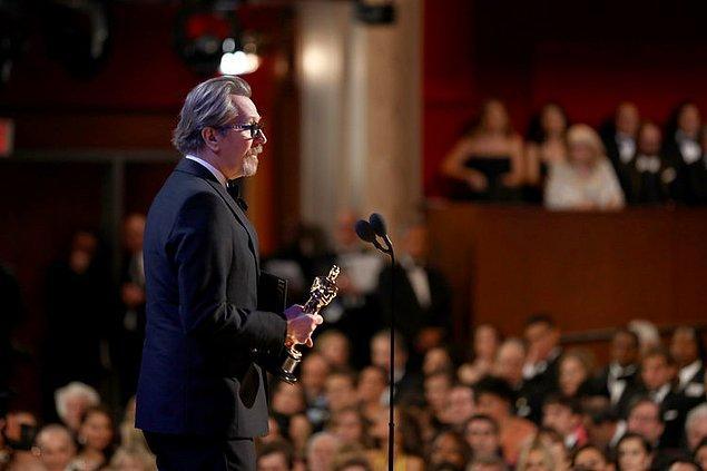 """Önceki gün gerçekleşen 90. Oscar ödül töreninde Gary Oldman, """"Darkest Hour"""" (En Karanlık Saat) filmindeki rolüyle 'En iyi erkek oyuncu' Oscar'ının sahibi oldu."""
