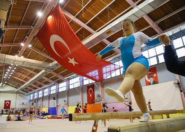 Bale yapmayı, tenis oynamayı ve yüzmeyi öğrenen Selin, bugünlerde Aşık Veysel Rekreasyon Alanı Buz Sporları Salonu'nda Türkiye'den özel sporcuların katılacağı yarışmaya hazırlanıyor.
