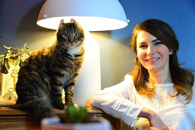 """Ünlü oyuncular hayvanların hediyelik eşya gibi satılması yerine barınaklarda ya da sokaklarda yaşayan hayvanların sahiplenilmesi için Kadıköy Belediyesi tarafından sürdürülen""""Satın Alma Sahiplen"""" kampanyası için bir araya geldi."""