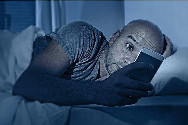 Yatakta uyanık kalmayın, beyniniz 'yatağa yatmak = uyumak' bağlantısını kurmalı. Eğer 15-20 dakika uyuyamadıysanız, loş bir odaya gidin ve okuyun. Ekrana bakmayın.
