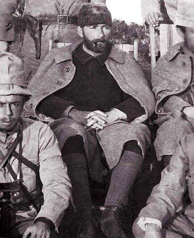 Başkomutan Mustafa Kemal Atatürk'ün, Trablusgarp'ta silah arkadaşları ile birlikte verdiği pozun aynısı Mehmetçik tarafıından Afrin'de verildi.