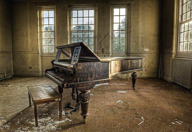 7. Bir akıl hastanesindeki piyano.