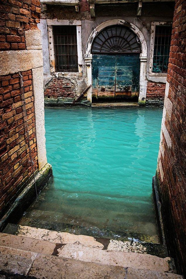 21. Venedik'te kullanılmayan bir kanal.