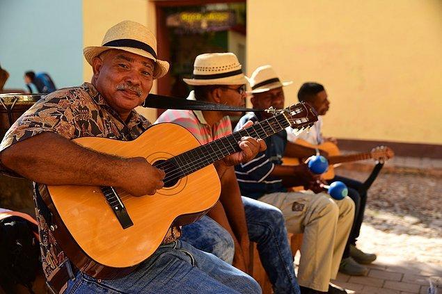 Kübalı insanların maaşları arasındaki fark en fazla %3, bir milletvekili ve garson eşit miktarda maaş alıyor.