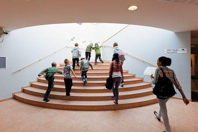12. İyi ya da seçkin okul gibi şeylerin bulunmadığı Finlandiya'da herkes kendi evine en yakın okula gidiyor.
