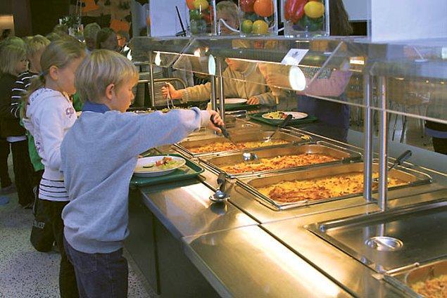 13. Yemek çeşidinin fazla olduğu Finlandiya okullarında, vejeteryan da dahil pek çok seçenek bulunuyor.