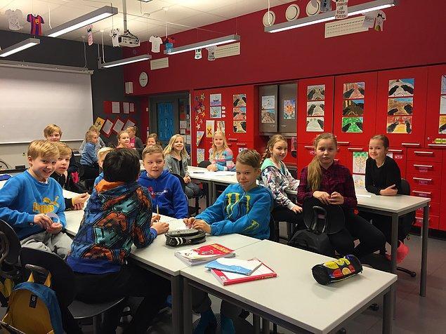 14. Yatılı partilerin organize edildiği Fin okullarında, uyku tulumlarını alan öğrenciler öğretmenlerle birlikte okulda kalıyor.
