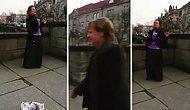 Sokak Müzisyenini Kameraya Çeken Türk Turistin Videosunu Bölmemek İçin Bekleyen Merkel