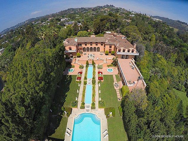 """""""The Godfather (Baba)"""" filminin bazı sahnelerinin de çekildiği Beverly Hills'teki bu dev malikane, 6 bin 700 metrekare alan üzerinde kurulu."""