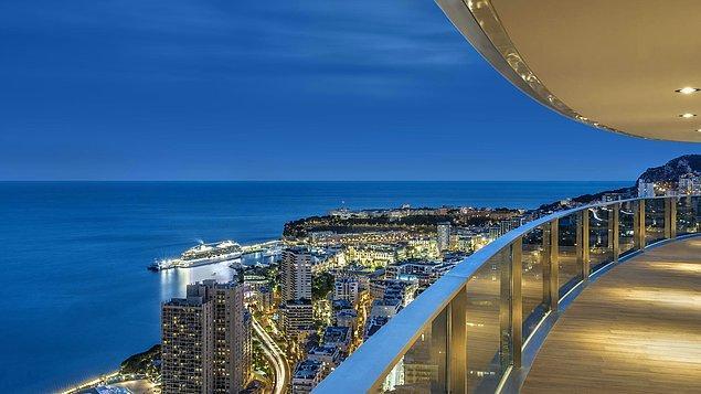 Akdeniz kıyısında yer alan ikinci en yüksek bina olan Tour Odéon'da yer alan daire, yerden 165 metre yukarıda bulunuyor.
