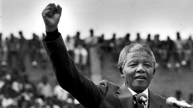 1. Oysa Mandela 1990 yılında hapisten çıkmış, hatta 90'ların sonunda devlet başkanlığı yapmıştı ve çok uzun yıllardır hayatını bir suçlu olarak değil de saygın bir insan olarak devam ettiriyordu.