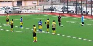 Amatör Lig Maçında Penaltı Kullanılacakken Stadın Yanındaki Okulda İstiklal Marşı Okunmaya Başlayınca Oyunu Durduran Hakem