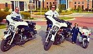 Bakım Evindeki Yaşlı İnsanlara Gül Dağıtan Minik Polis