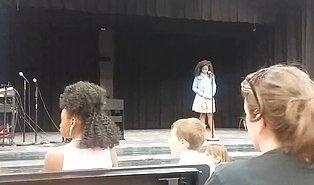 Yetenek Yarışmasında Şarkının Sözlerini Unutan Kızına Yardım Eden Muhteşem Anne!