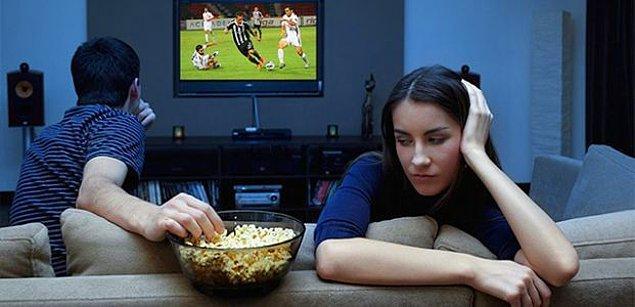 """Futbol maçlarından çok hoşlandıklarını söyleyemeyiz. """"Akşam çok güzel bir planım"""" var diyerek sırf kendiniz zevk alıyorsunuz diye onu ekranın başındaki maçı seyretmeye kitleyemezsiniz."""