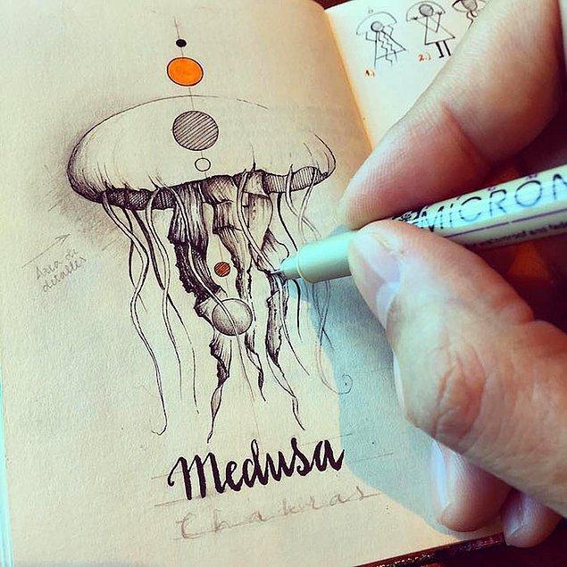 Bütün not defterleri büyüleyici çizimlerle ve notlarla dolu.