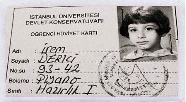 4 yaşındayken org çalmaya başlayan İrem Derici, müziğe olan düşkünlüğünden asla vazgeçmiyor ve Mimar Sinan Üniversitesi Güzel Sanatlar Fakültesi Devlet Konservatuarı Piyano Bölümü'nde eğitimine devam ediyor.