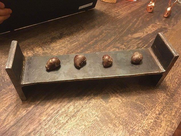 18. Kahvenin yanında ikram edilen çikolatalar.
