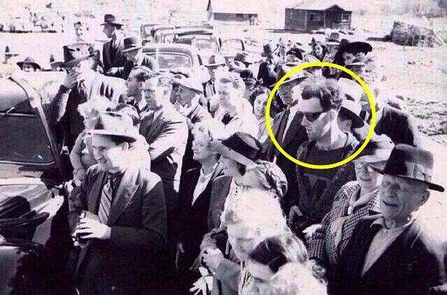 1. Dünyada zaman yolculuğunun temsili konumundaki bu fotoğraf 1941 yılında çekildi. Bir köprü açılışı sırasında çekilen fotoğraftaki adam zamanının ötesindeki kıyafetleri, gözlüğü ve elindeki kayıt cihazıyla uzun yıllardır sırrını koruyor.