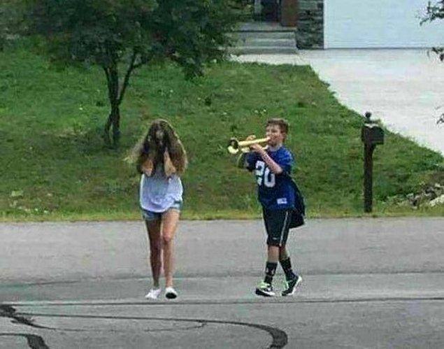 """5. """"Erkek kardeşi kulağına trompet çalıyor 😝"""""""