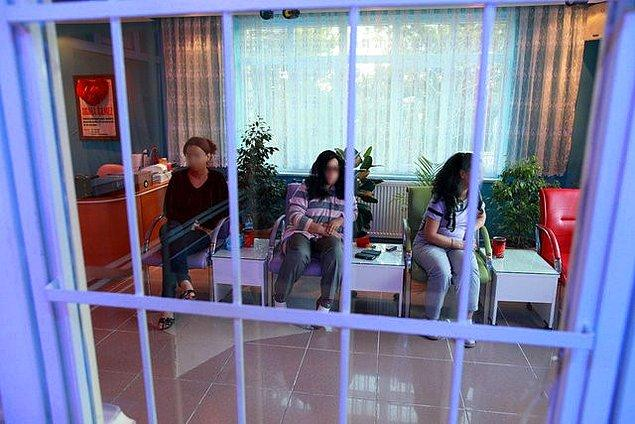 İçeride çalışan kadınlardan öğretmen, bankacı ve ev kadını olduğu, polisin yaptığı çalışma karnesi kontrolünde ortaya çıkmış.