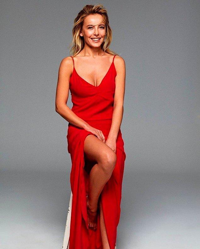 3. Vildan Atasever de hep genç kalan ünlü kadınlarımızdan. Kırmızı elbiseyle daha da gençleşmiş. 👏