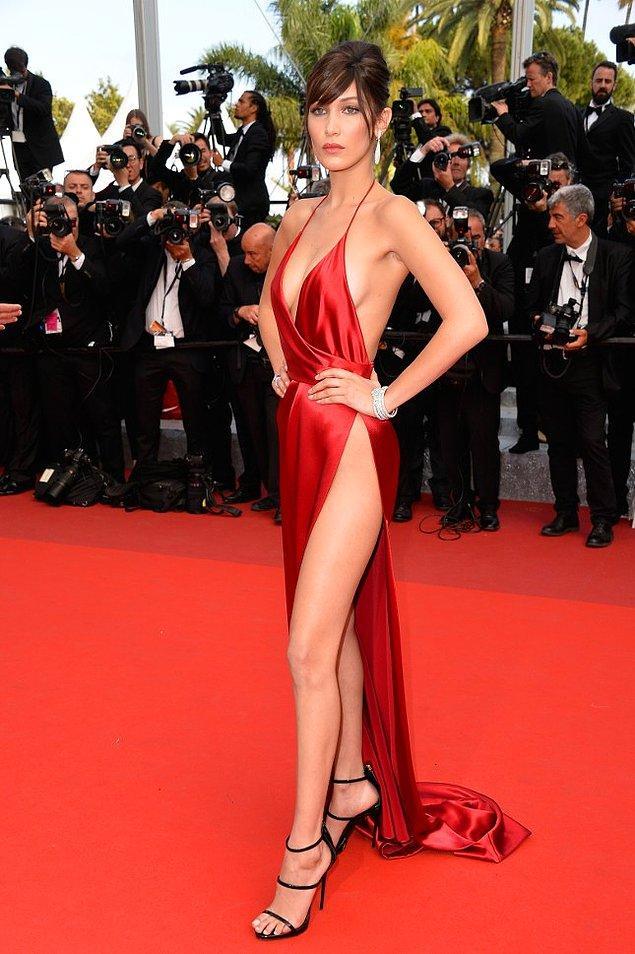 4. Bella Hadid'in kırmızı halıda giydiği bu elbiseyi herkes taşıyamaz. 😇