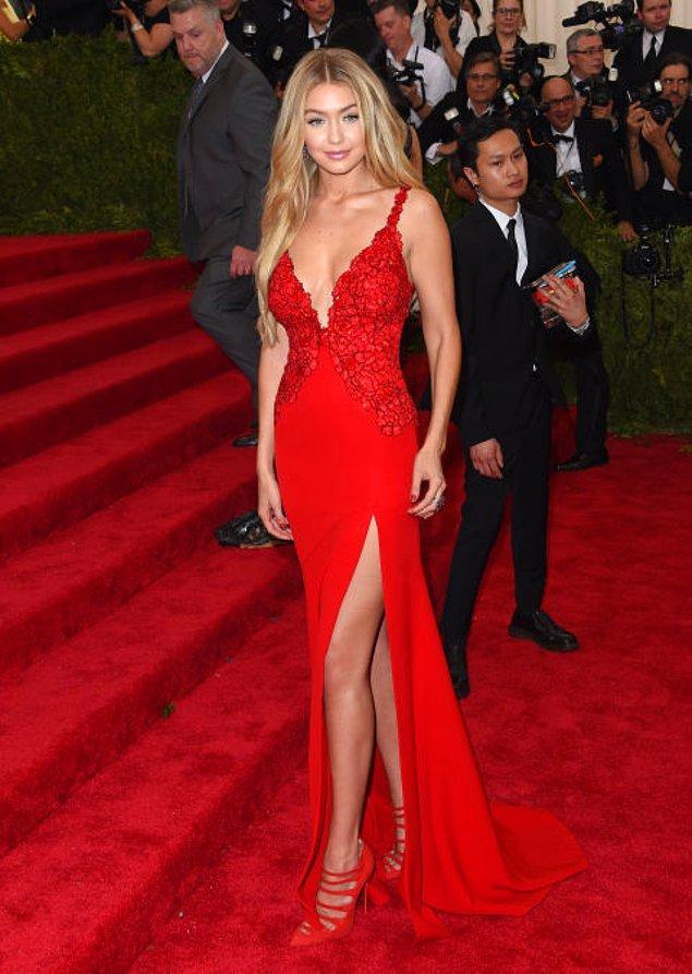 11. Gigi Hadid de bacak ve göğüs dekolteli bir kırmızı elbise tercih etmiş. İyi ki de tercih etmiş. Alkışlarımız ona gitsin. 👏