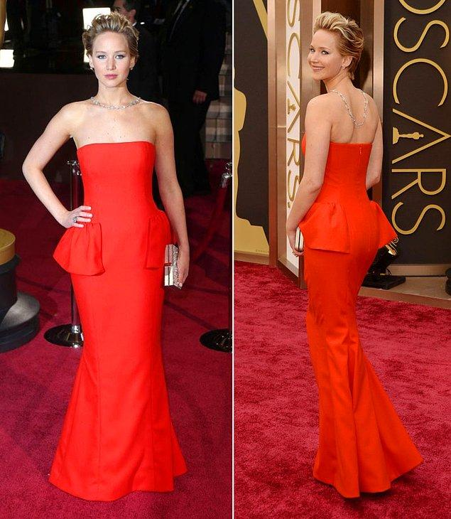 20. Jennifer Lawrence klasik tarz bir kıyafet giymiş. Sade kıyafetini taşlı bir kolyeyle hareketlendirmiş.