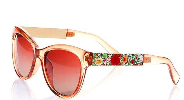 1. Çiçekli şık tasarımıyla annenizin yüzüne baharı getirecek sıra dışı bir gözlük