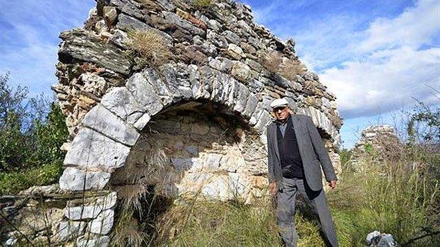 Roma dönemi olduğunu tahmin edilen bir taban mozaiği defineciler tarafından hunharca kesilip kaçırılmış