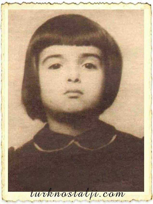 Çocukluğunda fotoğraf makinesine bile meydan okur gibi poz veren bu kız, aslında yetişkinliğiyle ilgili ta o zamanlardan tüyo vermiş bile.