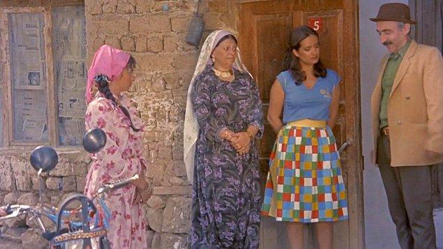 Köyünden ayrıldıktan sonra modern bir şehirli ve entelektüel dul bir kadın olarak geri dönen Elif...