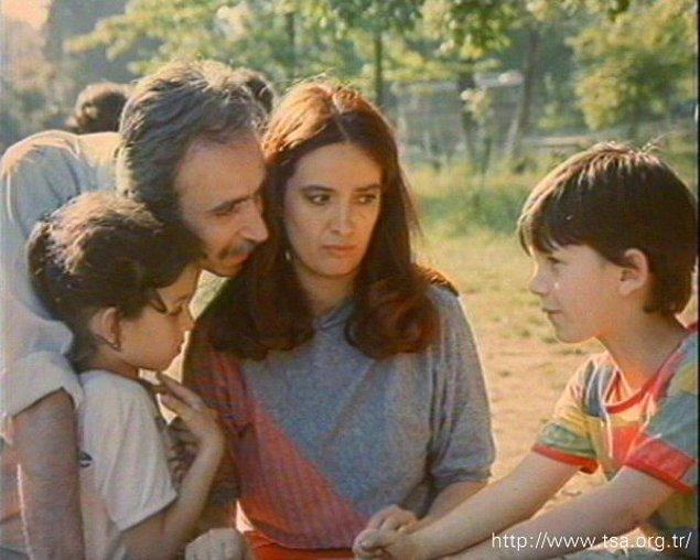 İki çocuk annesi ve çekirdek ailesiyle yaşayıp giden bankacı Naciye ve entelijansiyanın dibini yaşayan tiyatrocu Serap