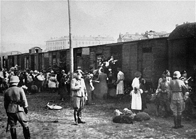 11. Soykırım süresince hayatta kalan Yahudilerin 3'te 1'i hayatını İkinci Dünya Savaşı'nda kaybetti.