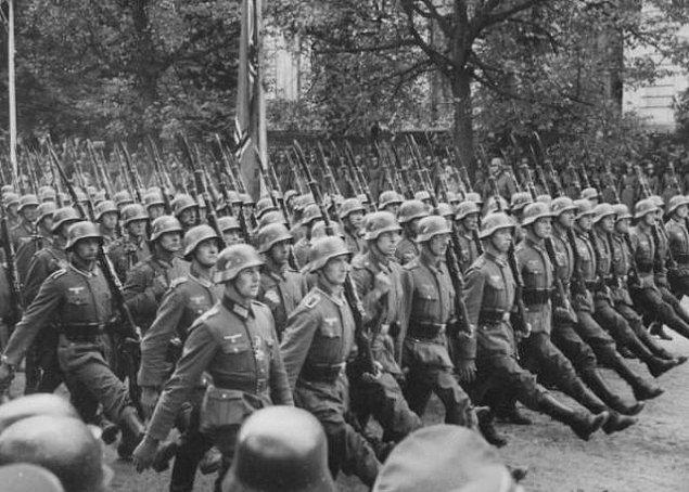 18. İki Polonyalı doktor bir tifüs salgını taklit ederek 8000 kişinin hayatını kurtardı çünkü bu salgının Alman askerlerinin kasabalarına girmelerini engelleyeceğini biliyorlardı.
