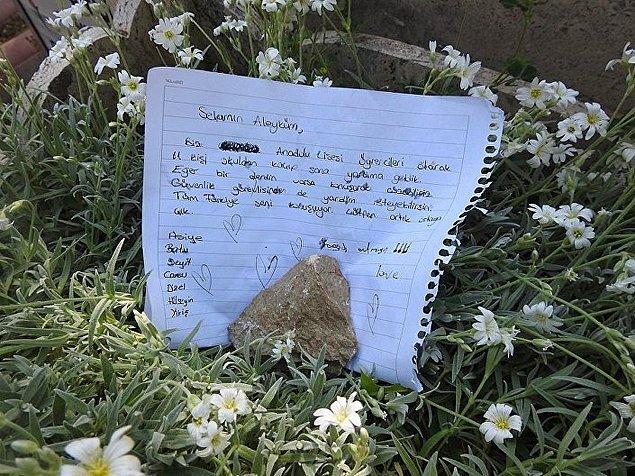 Bir grup lise öğrencisi ise mezar başına not bıraktı.