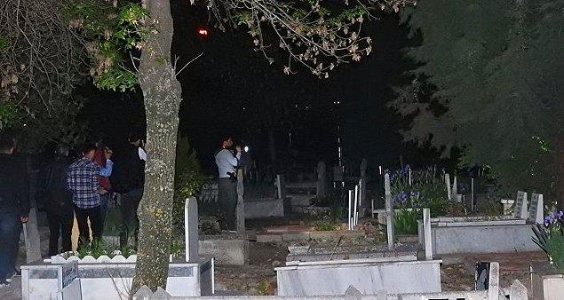 Asayiş ve Yunus ekiplerinden oluşan çok sayıda polis, 30 Nisan akşamından beri mezarlık çevresinde gizemli genç kızı arıyor.