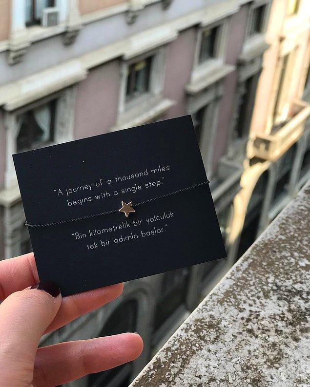 Fal bilekliklerinden Fortune kartlar çıkıyor. Her bir ürün için rastgele seçilen birbirinden farklı fal kartları sahiplerine paket içinde ulaştırılıyor.