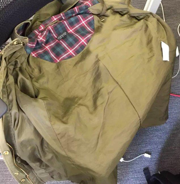 3. Kimseye çaktırmadan, sızıntı ihtimaline karşı oturacağınız yere önceden ceketinizi serersiniz.