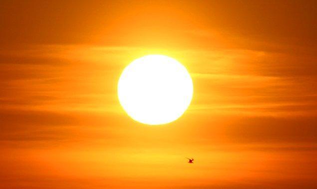4. Güneşin çekirdeğinden yüzeyine ulaşması 40 bin yıl sürerken, yüzeyden Dünya'nın yüzeyine ulaşmaları yalnızca 8 dakika sürüyor.