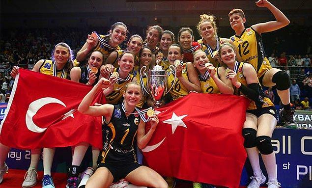 Ve sarı siyahlılar, CEV Şampiyonlar Ligi kupasını üst üste iki kez kazanan ilk Türk takımı olma başarısını gösterdi.