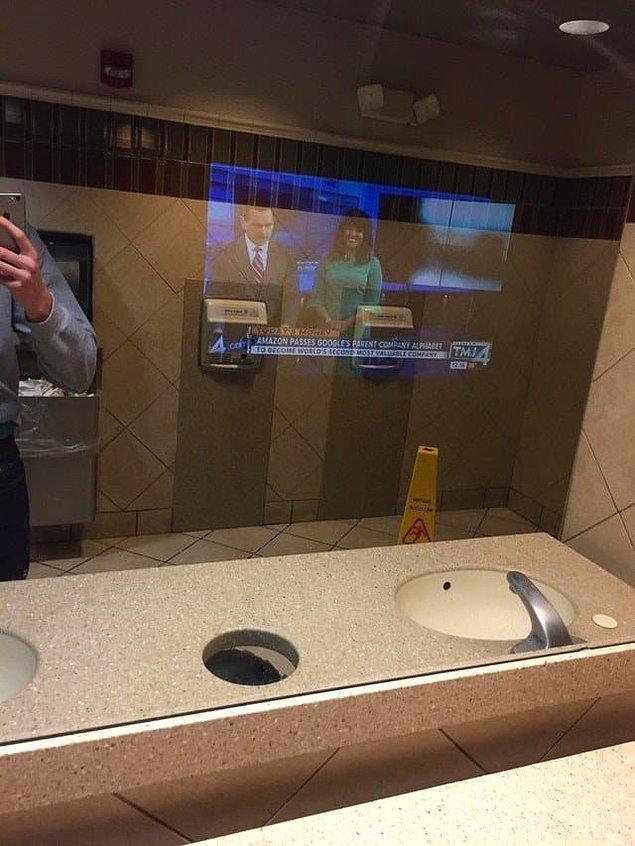 15. Bir fast-food restoranındaki bu aynalar elinizi yıkarken haberleri de kaçırmamanızı sağlıyor!